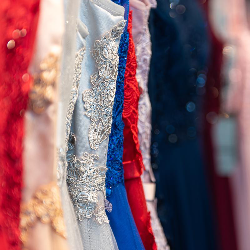 Punaisia, sinisiä ja vaaleita juhlamekkoja