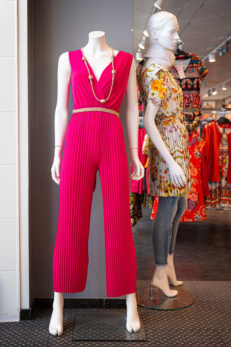 Aniliininpunainen yksiosainen housupuku