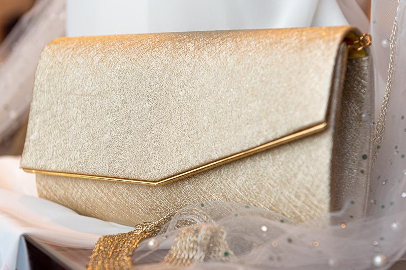 Tyylikäs kullanvärinen käsilaukku