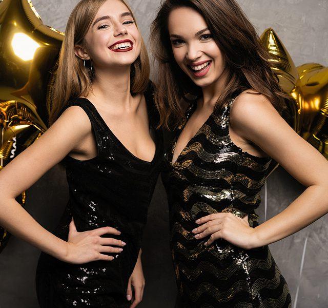 Kuva kahdesta naisesta juhlamekoissa